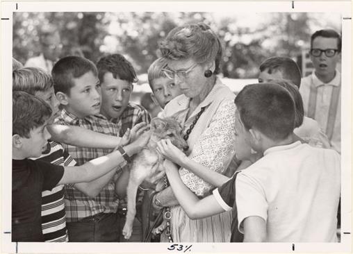 Image of Virginia Hay, volunteer guide. With school children